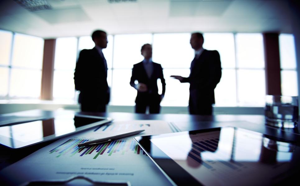 Empresarios discutiendo sobre proyectos