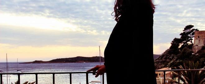 mujer vviendo el mar